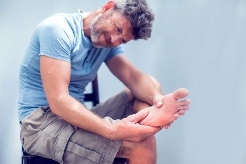 Artrite no pé e tornozelo: sintomas, causas e tratamentos