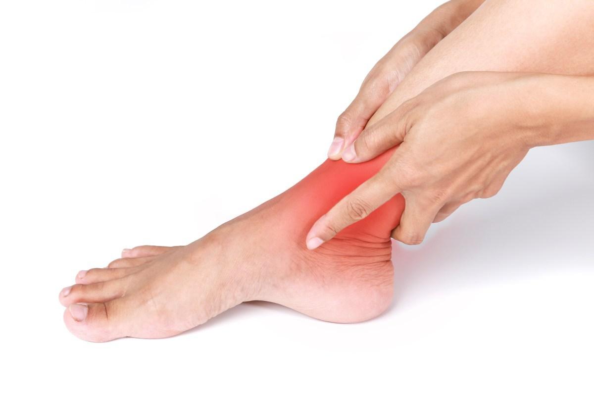dor no tornozelo latejante sem lesão